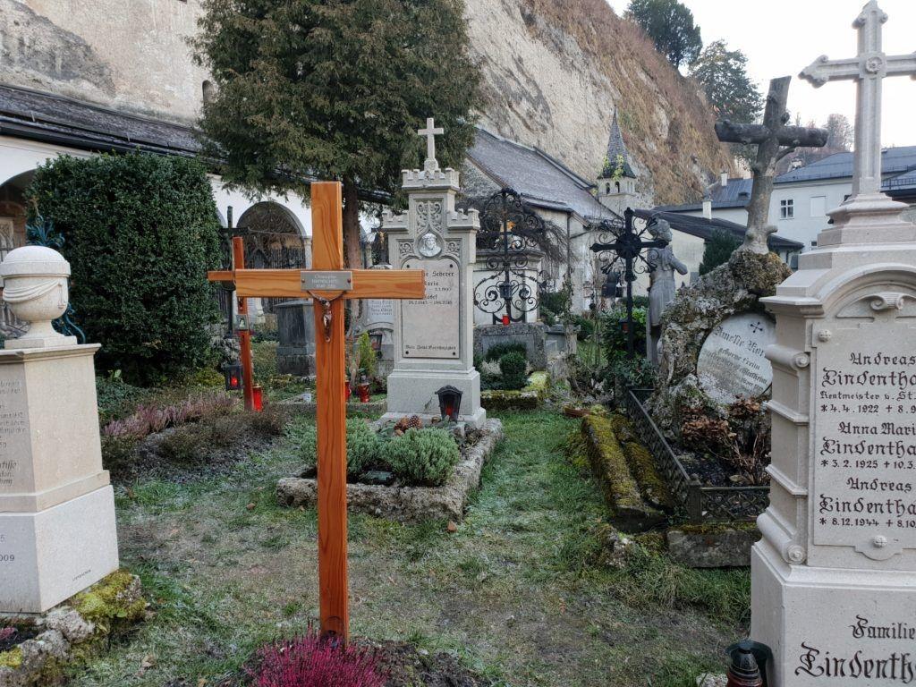 Salzburg. Cmentarz św.Piotra, groby pod skałą