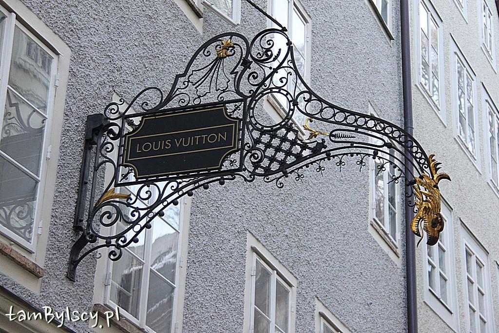 Salzburg, ulica Getreidegasse, szyldy sklepowe i hotelowe